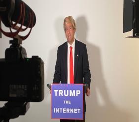 """Le comédien J-L Cauvin, lors de l'enregistrement de l'une des épisodes de sa série intitulée """"Trump the Internet"""". Photo : Compte Twitter J-L Cauvin."""