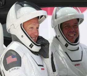Image diffusée par la Nasa des astronautes américains Doug Hurley et Robert Behnken à bord de la capsule Crew Dragon de SpaceX après leur désarrimage de l'ISS, le 1er août 2020