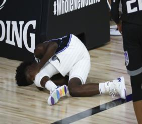 Jonathan Isaac, des Orlando Magic, après s'être blessé au genou gauche contre Sacramento à Lake Buena Vista (Floride), le 2 août 2020