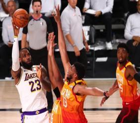 LeBron James face au Jazz lundi soir en NBA / Panoramic