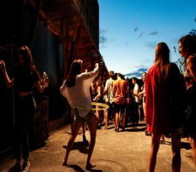 Des jeunes lors d'une fête en plein air à Saint-Denis, au nord de Paris, le 2 août 2020 GEOFFROY VAN DER HASSELT AFP/Archives
