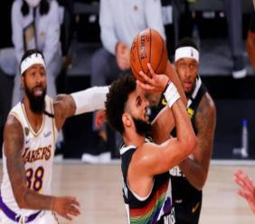 Le joueur des Denver Nuggets, Jamal Murray (centre), durant le match contre les Los Angeles Lakers, le 22 septembre 2020 à Lake Buena Vista / GETTY IMAGES NORTH AMERICA/AFP