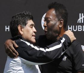 L'ancien footballeur argentin Diego Maradona (g) et l'ancien footballeur brésilien Pelé, au Palais Royal à Paris, le 9 juin 2016 PATRICK KOVARIK AFP/Archives