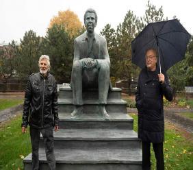 Sur cette photo, le sculpteur Roger Langevin et le PDG de BAnQ Jean-Louis Roy/ Photo: BANQ