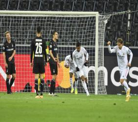 Real Madrid's Casemiro, second right, celebrates after scoring a 93rd-minute goal during the Champions League group B football match against Borussia Moenchengladbach at the Borussia Park in Moenchengladbach, Germany, Tuesday, Oct. 27, 2020. (AP Photo/Martin Meissner).