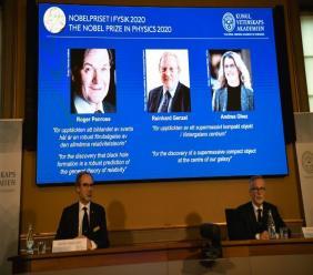 (g-d) Le prix Nobel de Physique est attribué au Britannique Roger Penrose, à l'Allemand Reinhard Genzel et à l'Américain Andrea Ghez, le 6 octobre 2020 à Stockholm afp.com - Fredrik SANDBERG