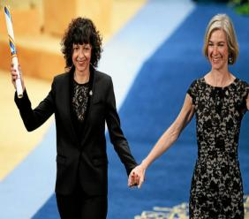 Emmanuelle Charpentier (à gauche) et Jennifer Doudna, ici en 2015, après avoir reçu le prix scientifique de la Princesse des Asturies. (Miguel Riopa/AFP)