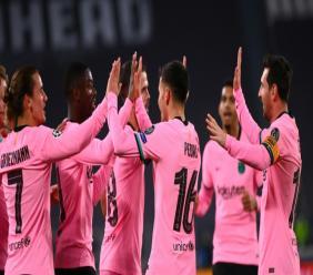 L'attaquant français de Barcelone, Ousmane Dembélé (2e g), félicité par ses coéquipiers pour son but lors du match de groupes de la Ligue des champions face à la Juventus, à Turin, le 28 octobre 2020 afp.com - Marco BERTORELLO
