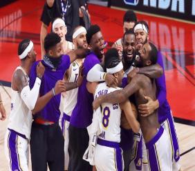 LeBron James (N.23) célèbre la victoire des Los Angeles Lakers en NBA avec Quinn Cook (28) et d'autres memebres de l'équipe le 11 octobre 2020 à Lake Buena Vista, en Floride (Etats-Unis) afp.com - Mike Ehrmann