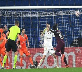 L'attaquant italien du Paris-SG, Moïse Kean (d), auteur d'un doublé lors du match de groupes de la Ligue des champions face au Basaksehir, à Istanbul, le 28 octobre 2020 OZAN KOSE AFP