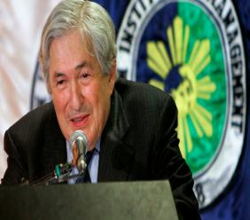 """In this March 5, 2008, file photo, former World Bank President James Wolfensohn delivers his message during a dialogue dubbed """"Bridges-Dialogues Towards a Culture of Peace,"""" at the Asian Institute of Management in Manila's financial district of Makati, Philippines. Photo: AP Photo/Pat Roque/File"""