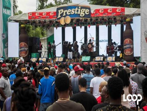 Une foule de festivaliers nichés devant le stage pour la prestation live d nombreux rappeurs et de jeunes groupes compas./Photo: Rosny Ladouceur