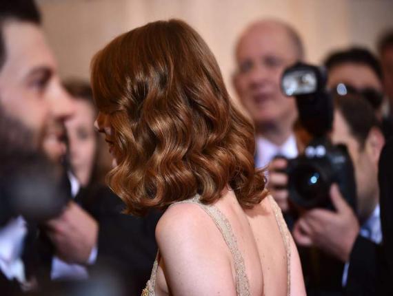 Emma Stone, vue de dos./ Photo: Gala
