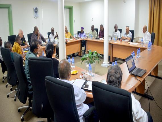 Een regeringsdelegatie o.l.v president Bouterse tijdens de presentatie over de visserijsector afgelopen woensdag op het paleis.