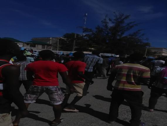 Photo d'une foule qui gagne actuellement les rues de la ville des Cayes - Crédit Photo : Valince Georges