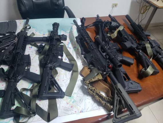 Des armes saisis par les agents de la PNH dans la soirée du 17 février, suite à l'arrestation de 8 hommes dont  7 étrangers et 1 haïtien transportant une quantité importante d'armes à feu et d'autres munitions de tirs dans la capitale.