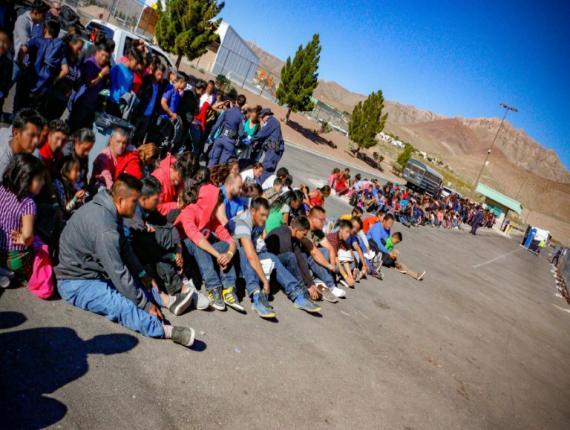 Un groupe de migrants interpellé par la police aux frontières en entrant aux Etats-Unis, le 29 mai 2019 à El Paso, au Texas