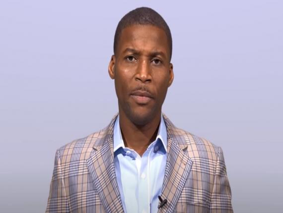 Le pasteur Grégory Toussaint présentant ses excuses à Shoubou et Tabou Combo/ Photo: Capture d'écran Youtube