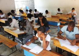 Des bacheliers en salle d'examens (Photo: HPNHAITI)