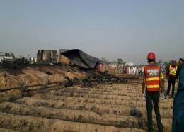Des équipes de secours près de l'épave calcinée d'un camion-citerne qui s'est enflammé, le 25 juin 2017 à Ahmedpur East, au Pakistan