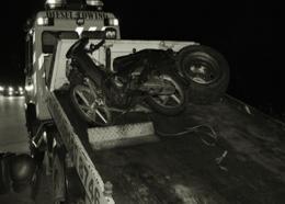 Een bromfiets wordt weggesleept. Foto: De Ware Tijd/Anthony Janki