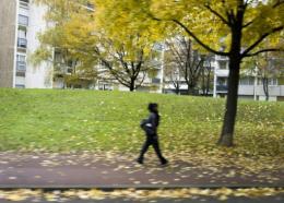 Une mort sur douze survenues dans une période de cinq ans pourrait être évitée grâce à 30 minutes d'activité physique quotidienne cinq jours par semaine, comme faire le ménage ou aller au travail à pied, selon une étude parue vendredi.