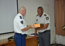 Commissaris Chin bedankte de vertrekkende politie attaché voor zijn goede diensten en gaf te kennen dat een sterke vriendschappelijke band is opgebouwd. (Foto: KPS)