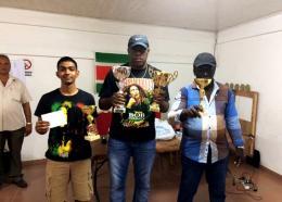 Guno Burleson werd voor de derde keer snel-damkampioen van Suriname. Jerry Sadiek werd semi-kampioen en Rinaldo Kemnaad werd demi-kampioen. (Foto: Surinaamse Dambond)