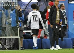 Egypt's Mohamed Salah leaves the pitch without going to his fans, disappointed after losing the group A match against Russia at the 2018 football World Cup in the St. Petersburg stadium in St. Petersburg, Russia, Tuesday, June 19, 2018. (AP Photo/Martin Meissner)