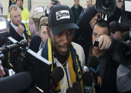 Usain Bolt is mobbed upon arrival at Sydney airport.