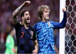 Sime Vrsaljko and Tin Jedvaj celebrate for Croatia.