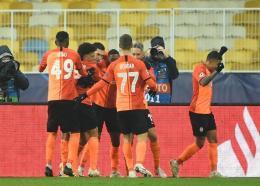 milieu de terrain brésilien Dentinho du Shakhtar Donetsk, félicité par ses coéquipiers après avoir ouvert le score contre le Real Madrid, lors de leur match de Ligue des Champions, le 1er décembre 2020 à Kiev Sergei SUPINSKY AFP