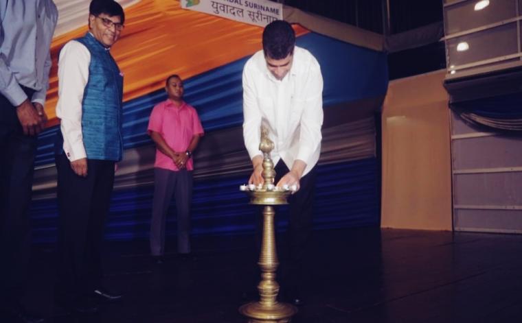 Wnd. president Ashwin Adhin op de Ayurveda-dag in de congreshal.