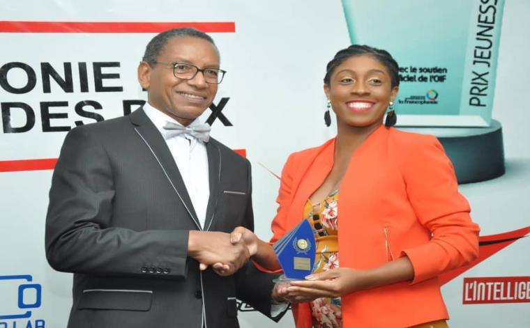 Johanna Sylvain Joseph, recevant le Prix Jeunesse Francophone 35.35