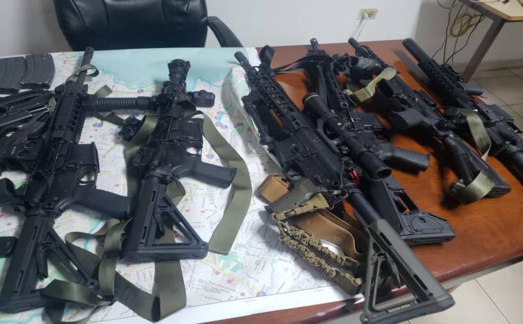 Des armes a feu, étalés sur une table, au local de la Direction Centrale de la Police Judiciaire (DCPJ). Photo archives.