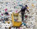 Un collecteur ramasse des déchets plastiques avant le passage de l'Ouragan Irma. Photo : LoopHaiti