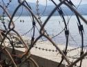 Photo prise depuis la grille séparant la cour du Parlement et la mer/ Loop Haiti