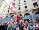 Munis de drapeaux, des manifestants se rassemblent dans le centre de Beyrouth pour protester contre la classe politique libanaise accusée de corruption, le 20 octobre 2019