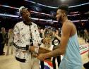 Derrick Jones Jr (à droite) célèbre sa victoire au concours de dunks du All-Star Game