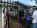 Cathy Burgos distribue un sac contenant un masque, du gel désinfectant, des gants et une brochure explicative, à Miami, le 30 juin 2020 en Floride afp.com - CHANDAN KHANNA